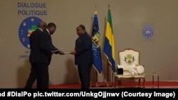 Le président Ali Bongo Ondimba reçoit une copie du rapport général et du Protocole d'accord du dialogue politique au Gabon, à Libreville26 mai 2017. (Twitter/@PresidentABO et #DialPo pic.twitter.com/UnkgOjjnwv)