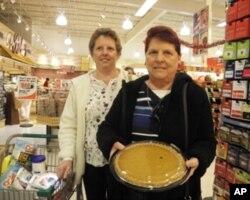 选购感恩节甜点的珍妮特Janet和吉姆Kim