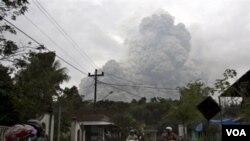 Semburan awan gunung Merapi terlihat dari Cangkringan, Yogyakarta, 31 Oktober 2010.