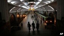 지난 1일 평양 지하철역 플랫폼에 시민들이 오가고 있다.