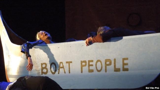 Tối 30/4 tại sân khấu của trường Đại học Cộng đồng Laney, Vũ đoàn Danny Nguyễn đã có chương trình tưởng niệm qua vũ nhạc kịch về lịch sử Việt, về hành trình đến Mỹ của người Việt với nhiều đau thương và mất mát. (Hình: Bùi Văn Phú)
