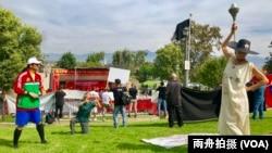 美国女子莱斯利·李维装扮成自由女神像,抗议中国政府