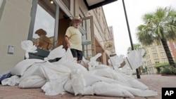 德克萨斯州加尔维斯顿的店主在门口放置了沙袋,为即将到来的哈维飓风做准备。(2017年8月25日)