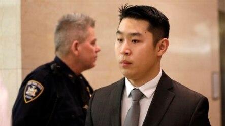纽约市警察梁彼得(右)离开布鲁克林高级法院(2015年2月11日)