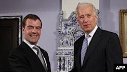 Phó Tổng thống Hoa Kỳ Joe Biden (phải) và Tổng thống Nga Dmitry Medvedev tại Phủ Tổng thống ở Gorki, bên ngoài thủ đô Moscow, ngày 9/3/2011