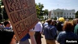 Manifestantes se congregan frente a la Casa Blanca para protestar el despido del director del FBI y exigir que continúe la investigación sobre Trump y Rusia.