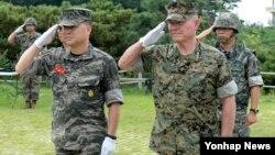 25일 한국 서해 최전방 연평도를 방문한 로런스 니콜슨 주일 미 해병대 사령관(오른쪽)이 이상훈 한국 해병대 사령관과 연평도 포격전 위령탑을 참배했다.