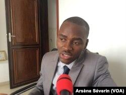 Le slameur Black Panthère a écrit une lettre au recteur de l'université à Brazzaville, le 30 mai 2018. (VOA/Arsène Séverin)