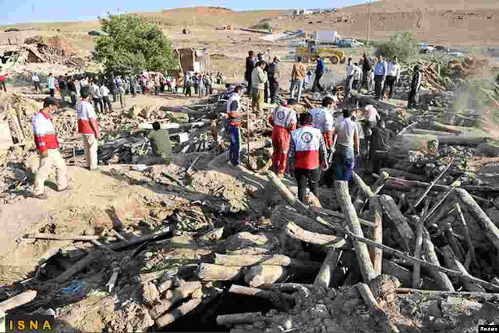 救援隊伍在阿哈爾市附近的瓦扎汗村搜尋受害者(8月12日)。