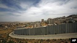 以色列引起争议的围墙,围墙后是约旦河西岸靠近耶路撒冷的一个难民营(资料照片)