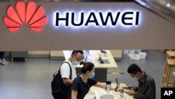 រូបឯកសារ៖ ហាងលក់ផលិតផលក្រុមហ៊ុន Huawei មួយកន្លែងនៅក្នុងទីក្រុងប៉េកាំងកាលពីខែកក្កដា ឆ្នាំ២០២០។