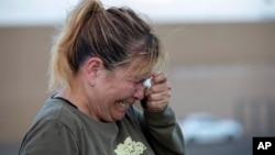 2019年8月3日星期六,德州埃爾帕索一家購物中心發生槍擊事件,顧客艾迪在商場外焦急等待她在店內的母親。
