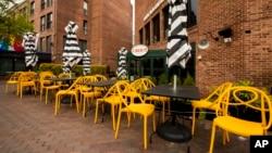 2020年4月29日華盛頓喬治敦區一家餐館外的空椅子