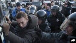 Cảnh sát bắt giữ lãnh tụ đối lập Alexei Navalny trong cuộc biểu tình không được cho phép ở Quảng trường Lubyanka tại Moskova, 15/12/2012
