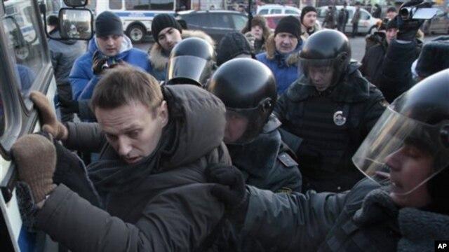 Cảnh sát bắt giữ ông Alexei Navalny trong hôm biểu tình trái phép ở Quảng trường Lubyanka, Moscow, 15/12/2012.