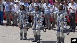 Китайские космонавты перед стартом. 11 июня 2013г.