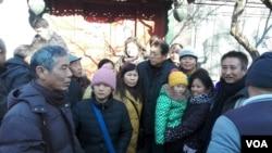 赵紫阳之子赵二军(中)与辽宁维权人士姜家文(左一)等景仰者在一起 (2016年1月17日俞梅荪拍摄)