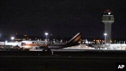 Самолет Boeing 747 c 240 американскими дипломатическими сотрудниками и гражданами прибыл в аэропорт Анкориджа в штате Аляска. 28 января 2020 г.