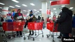 Des consommateurs dans un grand magazin