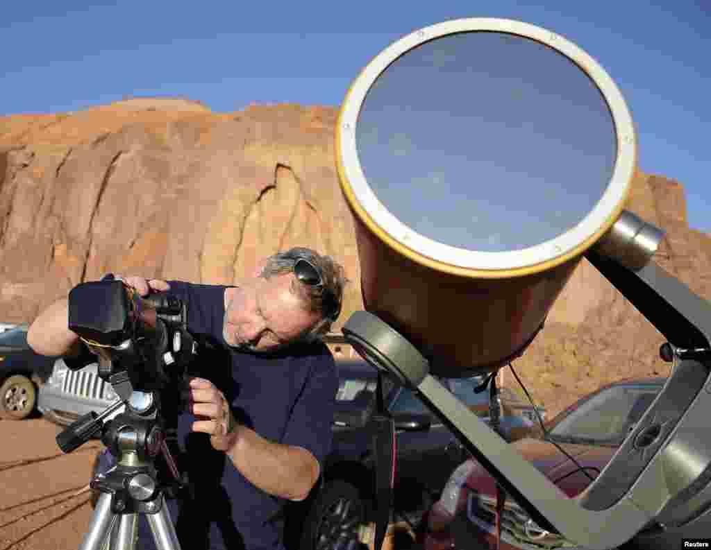 El fotógrafo aeroespacial, William Hartenstein, prepara su cámara para fotografiar un eclipse anular en desde Utah.