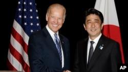 7月26日美國副總統拜登在新加坡會晤日本首相安倍晉三。