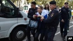 لیبوف سوبول، از فعالان سیاسی برجستۀ روسیه نیز در میان بازداشتشدگان است