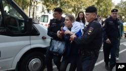 Một vụ bắt giữ người biểu tình của cảnh sát Nga.