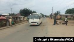 La vie reprend petit à petit sur l'artère principale qui divise les quartiers Cibitoke et Mutakura de la zone de Cibitoke, à Bujumbura, Burundi, 26 avril 2016 (VOA/Christophe Nkurunziza)