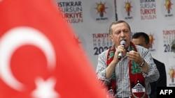Başbakan Erdoğan Diyarbakır'da yaptığı konuşmada Cuma namazını boykot eden Kürtleri sert dille eleştirdi