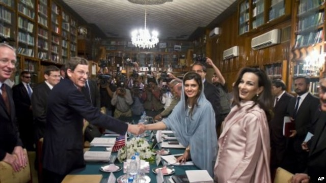 US special representative for Pakistan and Afghanistan Mark Grossman, second left, shakes hand with Pakistani Foreign Minister Hina Rabbani Khar, second right, prior to their meeting in Islamabad, Pakistan, April 26, 2012.