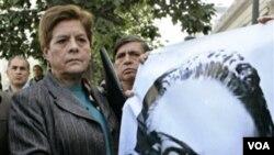 La versión más aceptada indica que Allende se suicidó para evitar caer en manos de los militares.