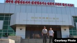 미국의 아마추어 무선통신 동호회 '인터피드 디엑스 그룹'의 폴 유잉 회장(왼족)이 최근 북한을 방문하고, 아마추어 무선통신 보급을 추진 중이다. 사진.'인터피드 디엑스 그룹 제공.