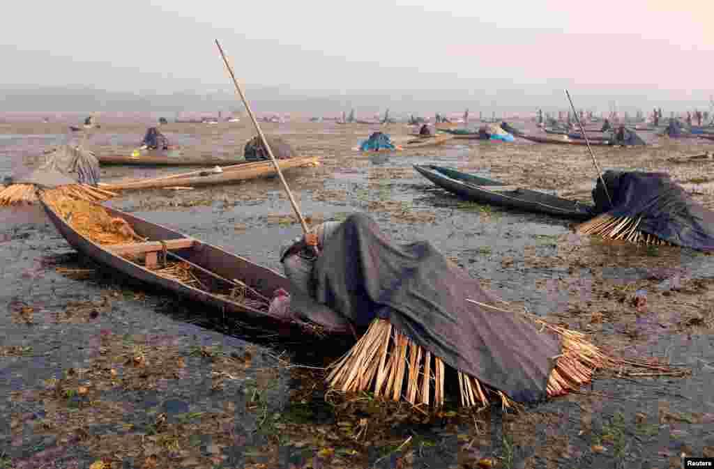 ماهی گیران هندی در جهیل انچار منتظر به دام انداختن ماهی اند