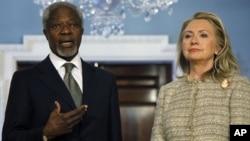 Ngoại trưởng Hoa Kỳ Hillary Clinton (phải) và Đặc sứ Kofi Annan
