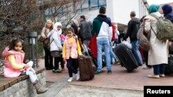 Para keluarga migran Suriah tiba di kamp migran di Friedland, Jerman (foto: dok).