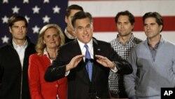 ທ່ານ Mitt Romney ອະດີດຜູ້ວ່າການລັດ Massachusetts ຜູ້ສະມັກສັງກັດ ພັກ Republican ພ້ອມດ້ວຍຄອບຄົວ ກ່າວປາໄສຕໍ່ພວກສະໜັບສະໜຸນທ່ານ ໃນນະຄອນ Des Moines ລັດ Iowa. ວັນທີ 4 ມັງກອນ 2012.
