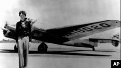 Amelia Earhat dengan pesawat Lockheed Electra 10E, tahun 1937 sebelum bertolak ke Honolulu untuk memulai penerbangan sendirian melintasi Lautan Atlantik (foto: dok.).