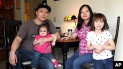 Ông Adam Crapser cùng vợ và con.