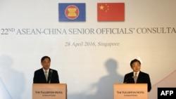 Menlu China Liu Zhenmin (kanan) dan Menlu Khusus Singapura untuk PBB Chee Wee Kiong (kiri) memberikan penjelasan bagi media di Singapura (28/4).