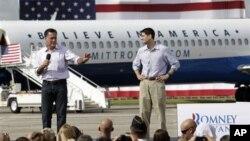 Ứng cử viên tổng thống Đảng Cộng hòa Mỹ Mitt Romney (trái) và ông Paul Ryan, ứng cử viên phó tổng thống