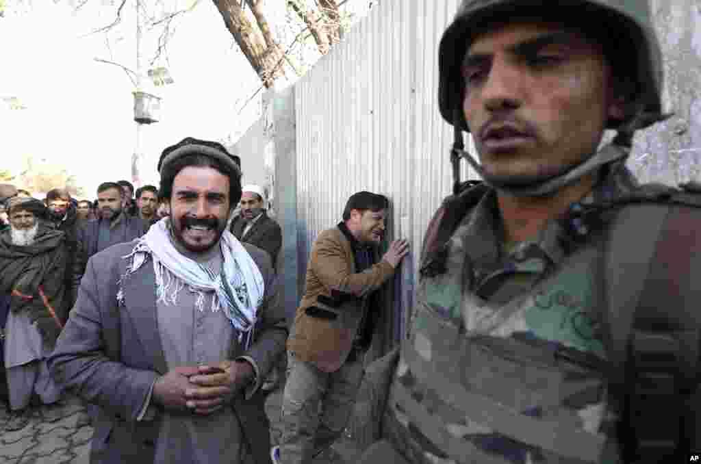 عینی شاہدین نے صحافیوں کو بتایا کہ ایک خودکش بمبار نے سردار داؤد خان اسپتال کے مرکزی دروازے پر خود کو دھماکے سے اڑا لیا۔