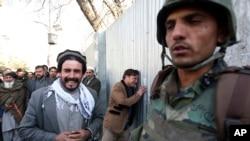 Abitan afgan kap kriye apre yon atak yon gwoup teworis fè sou yon lopital militè nan Kaboul kote yo touye plis pase 30 moun, mèkredi 8 mas, 2017 la. (Foto: AP/Rahmat Gul)