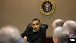 Tổng thống Hoa Kỳ Barack Obama nghe báo cáo về tình hình tại Ai Cập ở Tòa Bạch Ốc, Washington, DC, 29/1/2011