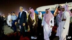 El secretario de Estado, John Kerry, llega a Riad, donde fue recibido por el ministro de Relaciones Exteriores, el príncipe Saud al-Faisal.