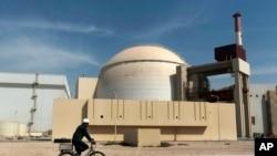 Suasana di depan gedung reaktor PLTN Bushehr, tepat di luar kota selatan Bushehr, Iran, 26 Oktober 2010. (Foto: dok).