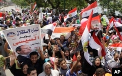 Supporters of Egyptian president-elect Abdel-Fattah el-Sissi chant slogans in front of the Supreme Constitutional Court in Cairo, Egypt, June 8, 2014.