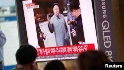 """Người Hàn Quốc xem TV chiếu một đoạn tin tức về việc bắn thử tên lửa của Triều Tiên, được cho là từ một tàu ngầm, ở Seould, Hàn Quốc hôm 2/10. Triều Tiên nói đã """"hết kiên nhẫn"""" với Mỹ sau sự đổ vỡ của các cuộc đàm phán hạt nhân."""