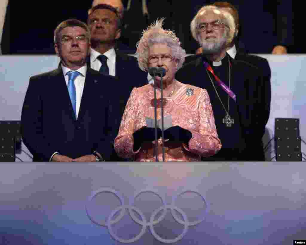 La reina Isabel declara abiertos los juegos de Londres 2012. Le acompañan, a la izquierda, el presidente del comité olímpico alem'an, Thomas Bach y el arzobisbo de Caterbury, Rowan Williams.