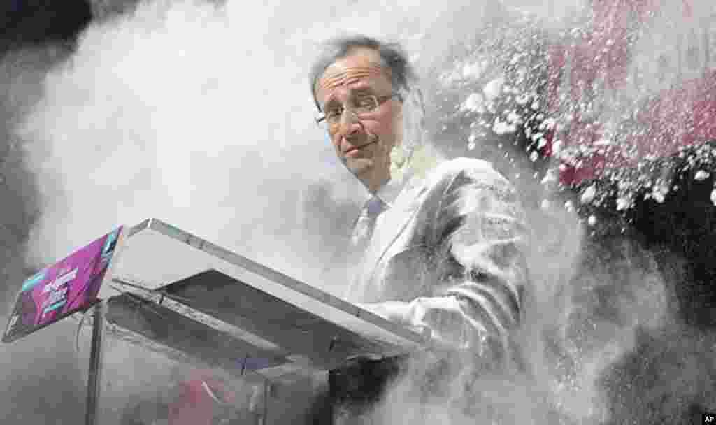 El 1 de febrero, el candidato socialista frances Francois Hollande fue bañado con harina por una mujer no identificada. Hollande ganó la presidencia de Francia.