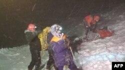 Tim SAR melakukan operasi penyelamatan di Gunung Elbrus setelah sekelompok pendaki dilanda kondisi cuaca buruk saat berada di ketinggian lebih dari 5.000 meter (16.000 kaki), 24 September 2021. (Foto: Kementerian Darurat Rusia/AFP)